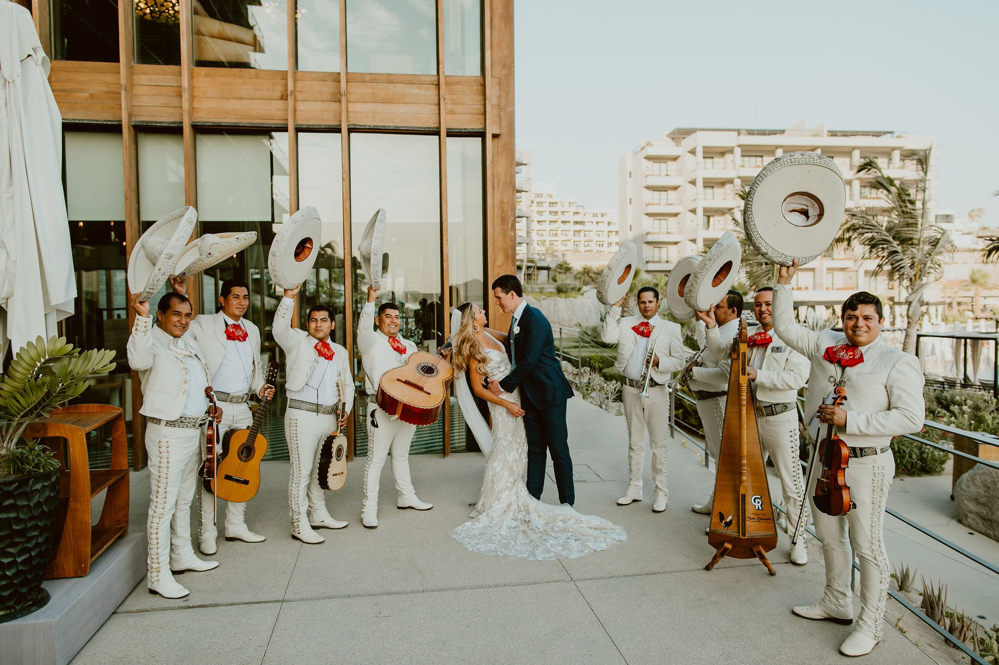 Bride and groom photo session infront of Mariachi at the Ledge Restaurant at The Cape Los Cabos. Photography by Ana and Jerome. Wedding Planning by Cabo Wedding Services
