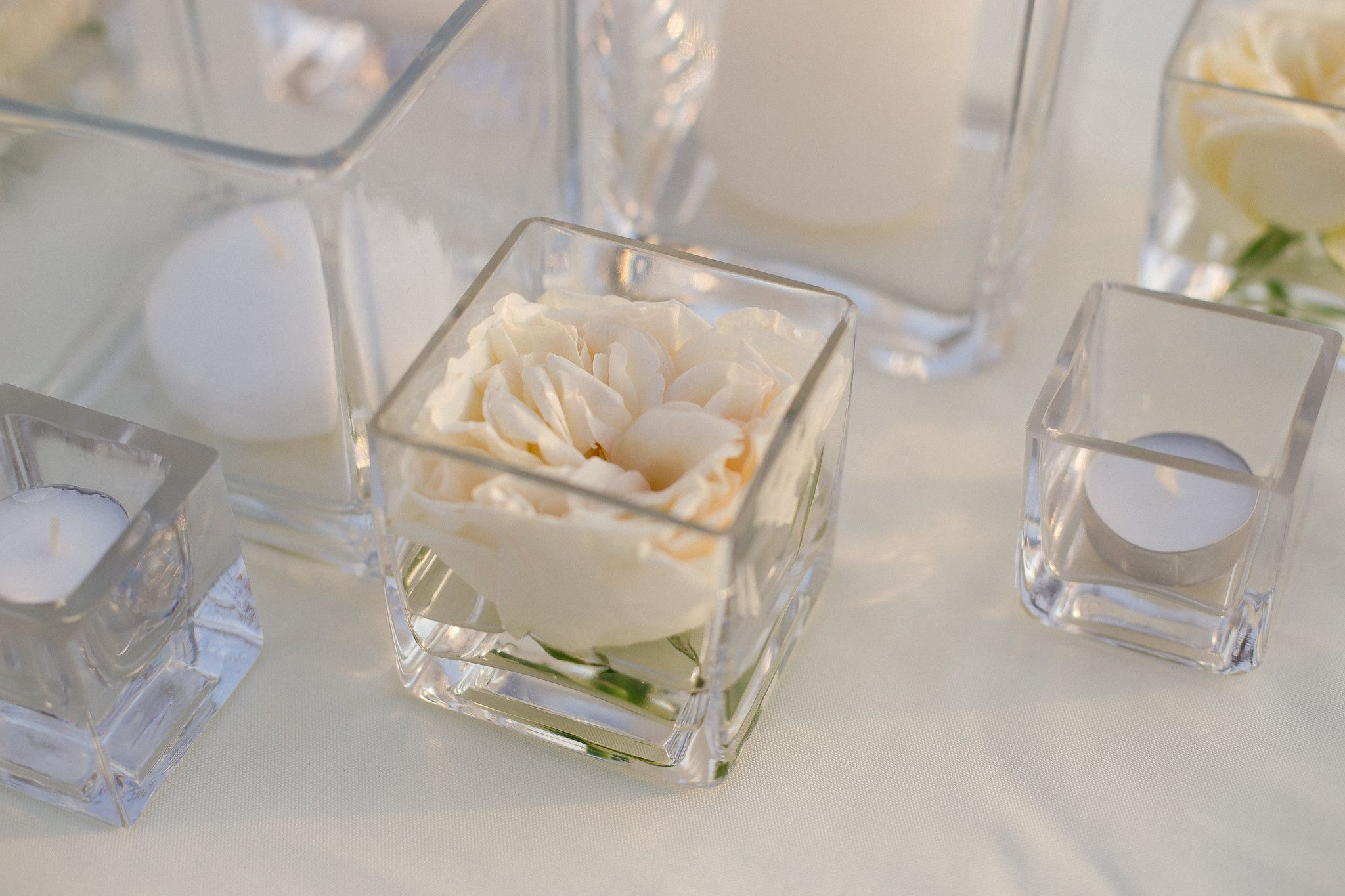 Garden Rose in small vase at wedding venue Sunset da Mona Lisa. Wedding Design by Cabo Wedding Services.